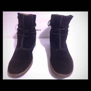 Women's Wanderlust Sherpa black suede boots.